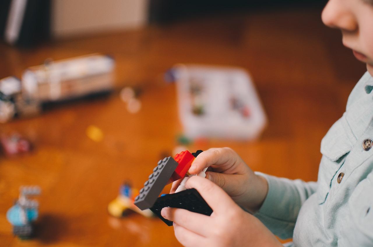 Как научить ребенка убирать за собой в комнате